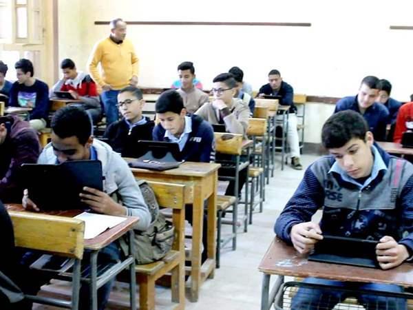 أولى ثانوي في مصر...الطلاب: احنا مش فئران تجارب ومش عايزين التابلت ...